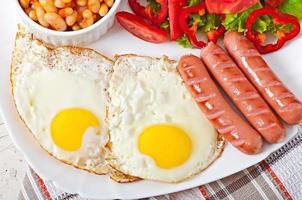 café da manhã inglês - salsichas, ovos, feijão e salada