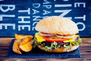 hambúrguer caseiro e batatas fritas