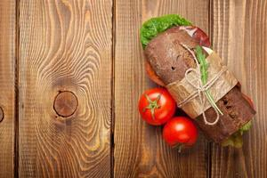 sanduíche com salada, presunto, queijo e tomate