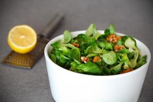 salada de milho com nozes e vinagrete de limão foto
