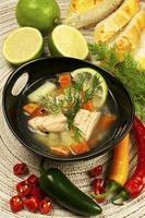tigela com sopa de salmão foto