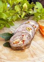 guisado de carne recheado fatiado foto