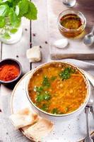 sopa de lentilha com páprica defumada e pão foto