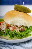 sanduíche de salada de atum na hora do almoço foto