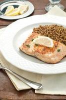 filé de salmão grelhado com lentilhas foto