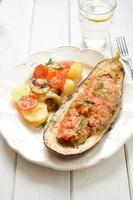 berinjela assada com legumes e carne foto