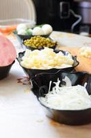 preparando salada russa tradicional olivier foto