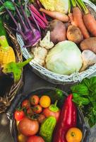 legumes na mesa de madeira
