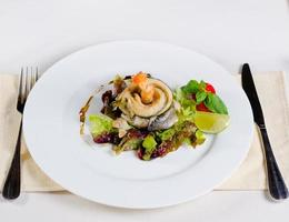 saboroso prato principal de combinação de carne e legumes