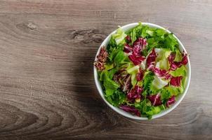 salada de legumes com escarola foto