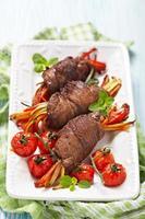 rolos de bife com legumes foto