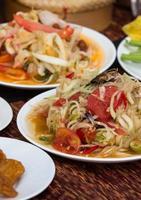 pratos de piquenique na cesta matt com alimentos e bebidas foto