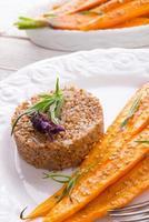 grumos de trigo e cenouras caramelizadas foto