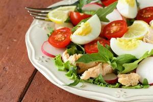 salada verde fresca com salmão e tomate foto