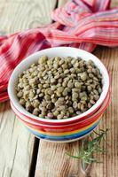 lentilhas verdes cozidas em uma tigela foto