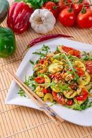vegetariano de legumes com arroz selvagem foto