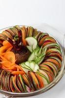 salada pepino beterraba cenoura fatiada foto