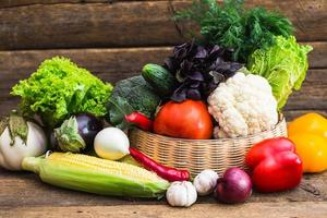 composição com legumes orgânicos crus variados foto