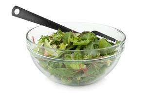salada verde saudável com garfo de plástico foto