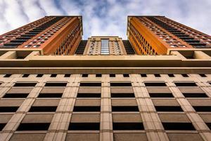 garagem e prédio de apartamentos no centro de baltimore, mar foto