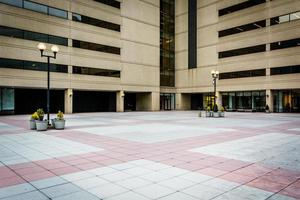 praça e moderno prédio de escritórios no centro de baltimore, maryland foto