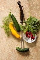 mistura de legumes maduros e garfo de carne foto