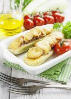 abobrinha com carne, tomate e queijo foto