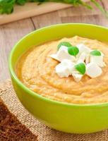 creme de sopa de berinjela com queijo feta foto