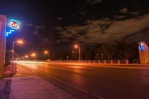 rota 66, sinal néon, albuquerque, novo méxico, eua. foto