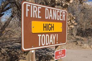 perigo de incêndio alto hoje não fumar ao ar livre em parque público foto