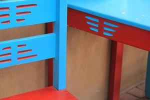 mesa e cadeiras azuis e vermelhas foto