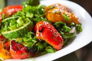 prato com pimentos grelhados, abobrinha, cebola verde e ervas