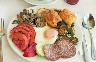 salsicha e ovos mexidos com owoseni no prato. foto
