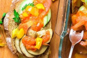 tapas legumes assados e lanche de pão foto