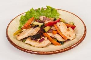 legumes grelhados e filé de frango foto