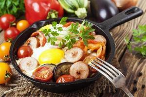 ovos fritos com legumes e linguiça foto