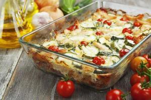 abobrinha cozida i com frango, tomate cereja e ervas foto
