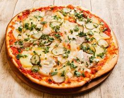pizza no fundo madeira foto