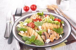 salada com legumes grelhados foto