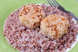 costeletas de repolho com guarnição de trigo sarraceno foto