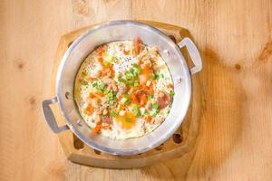 panela de ovos fritos com carne de porco picada, cebola, cenoura foto