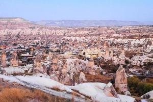caverna de pedra e a vila no final da noite