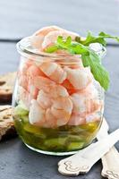salada de camarão em jar foto