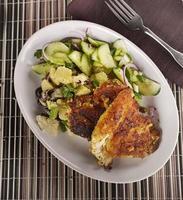schnitzel de frango com legumes foto