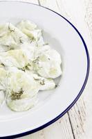 salada de pepino com creme de leite e endro foto