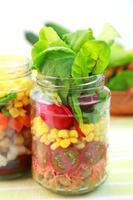 salada de legumes na jarra foto