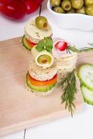 petiscos: pão, pimentão, pepino, queijo e azeitonas foto