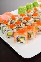 conjunto de sushi saboroso japonês em um prato branco foto