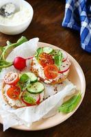bruschetta italiana com legumes frescos foto