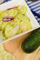preparando uma salada de pepino foto